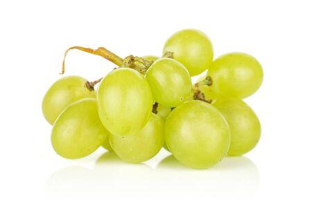 Menge ganzer heller frischer grüner Trauben lokalisiert auf weißem Hintergrund