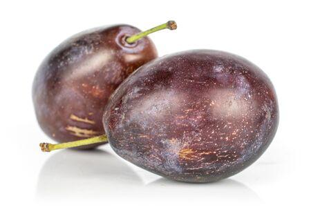 Groupe de deux ensemble de prune violette sucrée isolé sur fond blanc Banque d'images