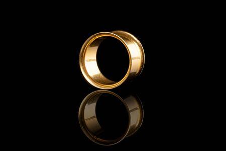 Een hele gouden plug geïsoleerd op zwart glas