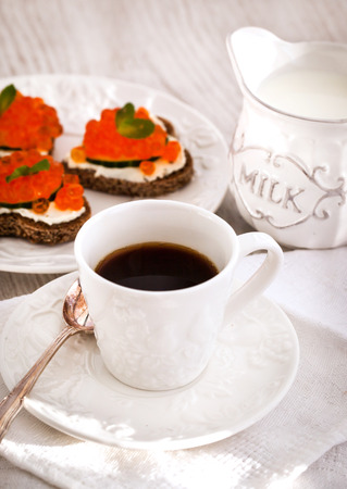 petit dejeuner romantique: Petit d�jeuner romantique avec du caf� et des toasts, le concept Valentine Banque d'images