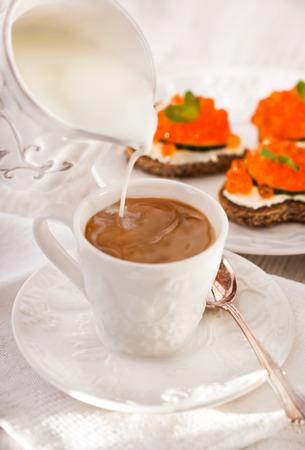 desayuno romantico: Desayuno rom�ntico con caf� y tostadas, concepto de San Valent�n