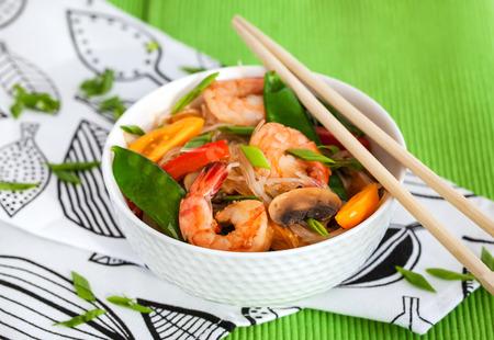 camaron: Vidrio Arroz (celof�n) fideos con camarones y verduras en un recipiente blanco