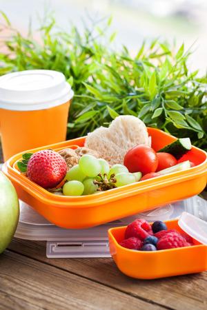 ir al colegio: Rect�ngulo de almuerzo con s�ndwich, galletas y frutas frescas