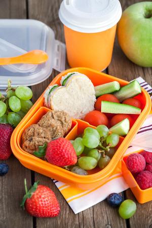 ir al colegio: Rectángulo de almuerzo con sándwich, galletas y frutas frescas
