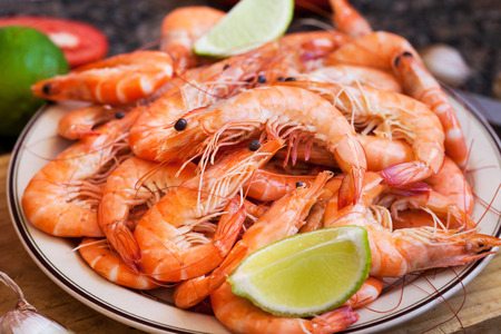 camaron: Fresh delicious prawns with lime on the plate