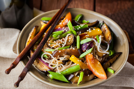 Delicious asian rice noodles with vegetables (wok) 스톡 콘텐츠