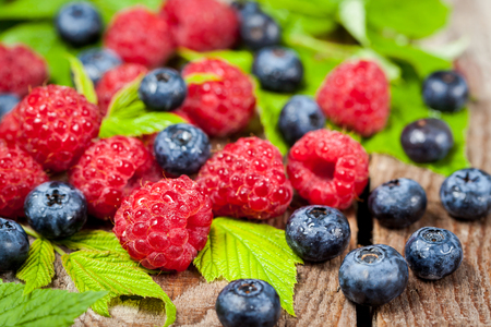 gamme de produit: Fresh organic ripe raspberry and blueberry on wooden table,  selective focus