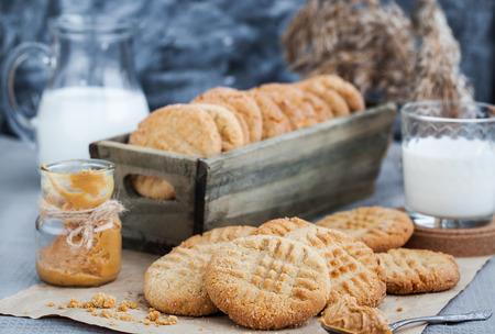 caja de leche: Galletas de mantequilla de cacahuete recién hechas en casa