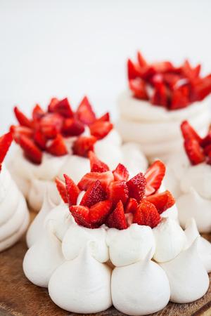 Porcion De Pavlova Mini Pastel De Merengue Decorado Con Fresas