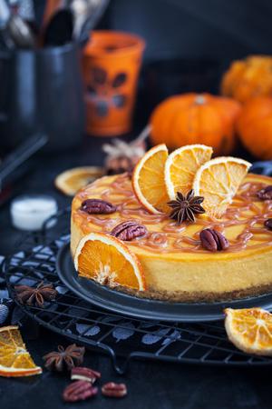 카라멜 소스와 피칸으로 장식 된 맛있는 호박과 오렌지 치즈