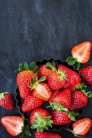 Fresh ripe strawberry on dark background, top view, copy space Banque d'images