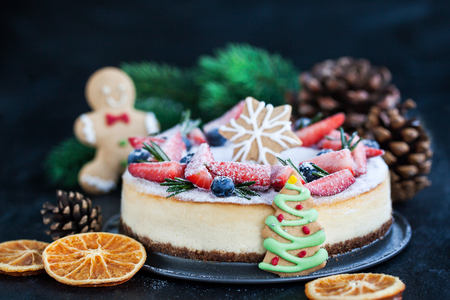Delicious Christmas ginger cheesecake with fresh berries decoration 免版税图像