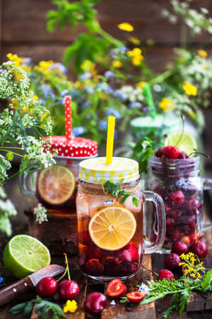 Healthy homemade cold lemonade with fresh berries and fruits in mason jar Banque d'images