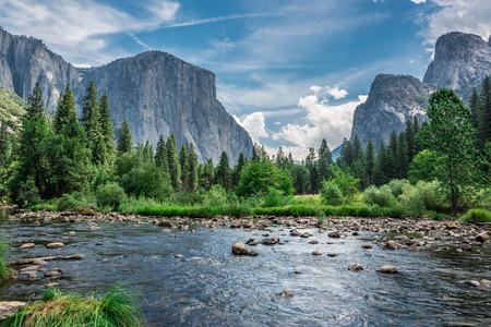 Cielos dramáticos rodean las montañas, ya que parecen inclinarse ante el agua por debajo.
