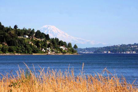 puget sound: Vista del Monte. Ranieri in Puget Sound da Discovery Park Archivio Fotografico
