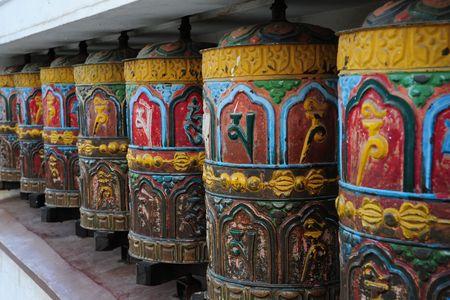 Tibetan prayer wheels at the Buddhist Swayambhu temple in Kathmandu, Nepal Banco de Imagens