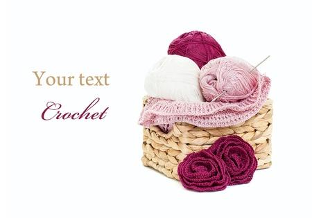 Configuración de ganchillo: Crochet y madejitas de hilados aisladas sobre fondo blanco