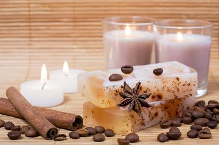 kerzen: Spa-Einstellung: handgemachte Naturseife, Zimt, Kaffeebohnen und Kerzen Lizenzfreie Bilder