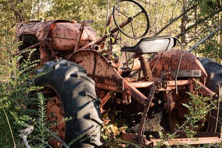 Tractor viejo oxidado de la vendimia abandonado Foto de archivo - 28460293