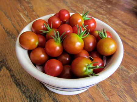 熟した赤いトマトのボウル