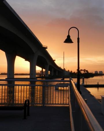 Brug naar Clearwater Beach, FL gezien vanaf pier
