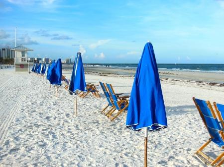 Blauwe parasols op Clearwater Beach Fl in de ochtend Stockfoto