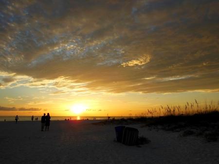 Mensen op het strand kijken naar de zonsondergang Stockfoto