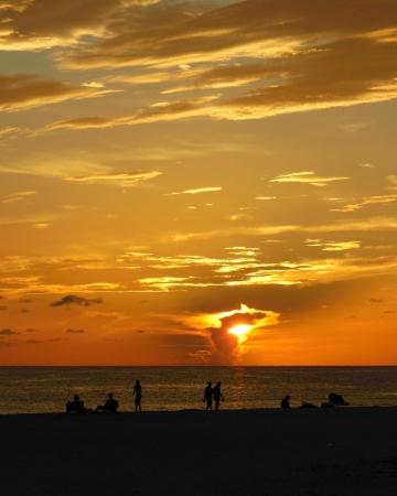 Mensen kijken naar de zonsondergang op een Florida Gulf Beach Stockfoto