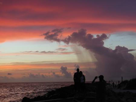 Fotograferen van een paar met zonsondergang op achtergrond op Florida strand