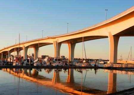 Reflectie van Marina Brug naar Clearwater Beach FL Stockfoto