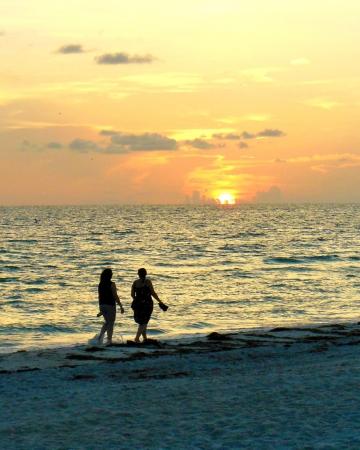 Wandelen op Strand bij Zonsondergang