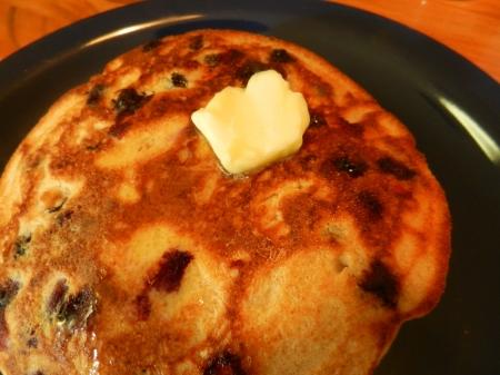 Blueberry Pancakes met smelten van boter Stockfoto
