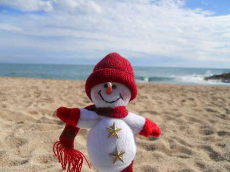 scarf beach: vacaciones de invierno (mu�eco de nieve en la playa) Foto de archivo