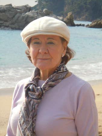 damas antiguas: mujer mayor en la playa