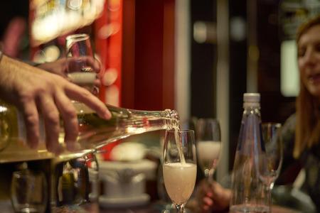 personas festejando: Las personas que celebran con champán Foto de archivo