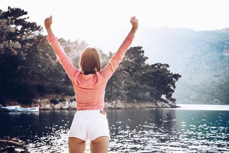 無料幸せな女性を楽しむ性質腕。屋外の美しさの少女。自由の概念。