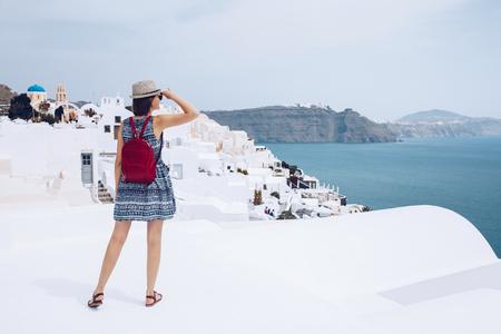 여자 여행자와 그리스어 마을에 놀라운 찾고 배낭 wanderlust 여행 개념, 복사본 공간
