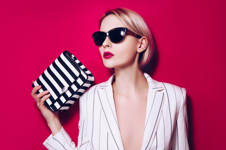 흑인과 백인 다시와 빨간색 배경에 검은 선글라스, 캐주얼 부자가 젊은 여자를 입고