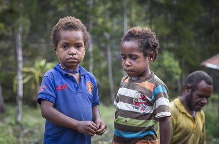 農村地域におけるバリエム バレー、西のパプア、インドネシア、2016 年 2 月 14 日: ダニ族子供