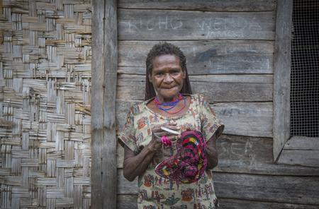 ダニの部族の女性が袋を作っているバリエム バレー、西のパプア、インドネシア、2016 年 2 月 14 日。