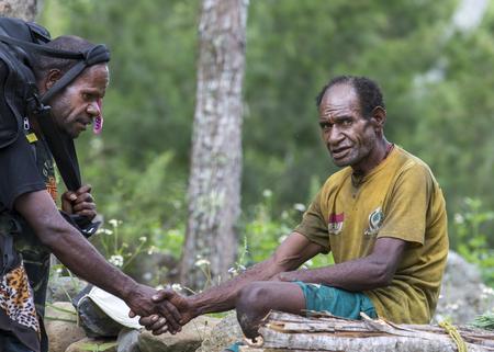 バリエム渓谷の現地人を会議バリエム バレー、西パプア、インドネシア、2016 年 2 月 12 日: ハイカー 報道画像