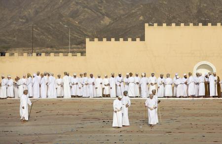 Nizwa, Oman - 26 juni 2017: omani mannen socialiseren na een Eid Al Fitr-gebed in een openluchtmoskee