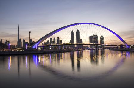 Ponte sul corso d'acqua di Dubai al sorgere del sole Archivio Fotografico - 81661620
