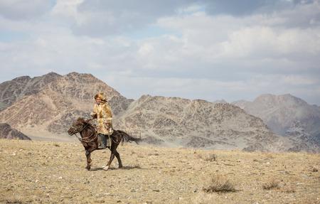 BAYAN ULGII, MONGOLIA - CIRCA OCTOBER 2015: kazakh man on his horse Stok Fotoğraf - 81828252