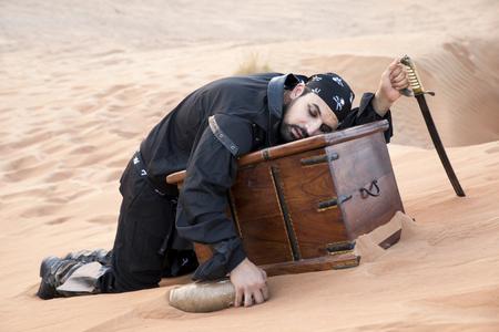 piraat met een schat in een woestijn