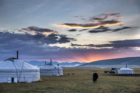 モンゴル北部の風景の中のモンゴルの家族ジェール