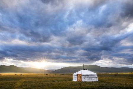 モンゴル北部の風景の中のモンゴルユルト 写真素材