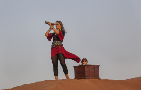 lady pirate in a desert with a treasure Stok Fotoğraf