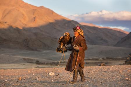 Baya Olgii, Mongolië, september 2015: Kazachse man traint zijn alert Golden Eagle