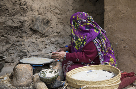 Al Hamra Oman, Febrary 2nd, 2018: omani woman making preparations in the kitchen of traditional house Banque d'images